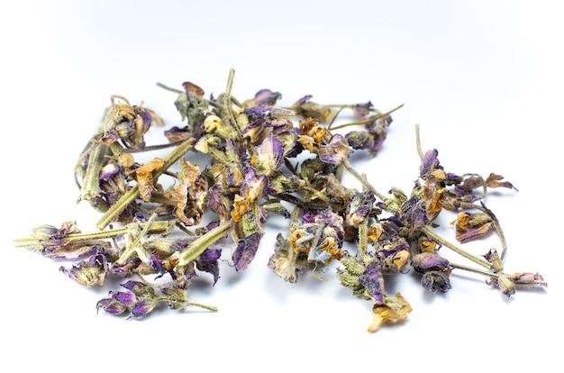 Droge kruidenbloemen voor thee of medische behandeling op witte achtergrond. close-up foto.