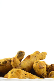 Droge kurkuma wortels of blaft geïsoleerd op een wit oppervlak