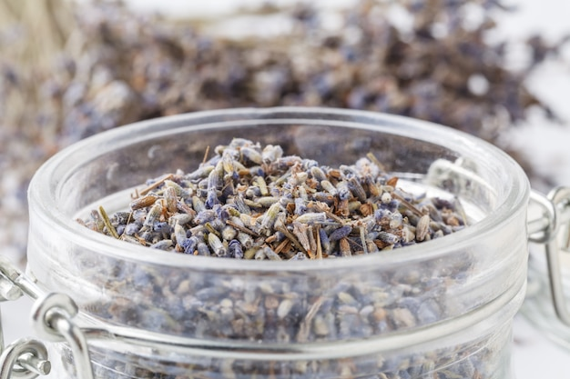 Droge lavendel bloemen in glazen pot