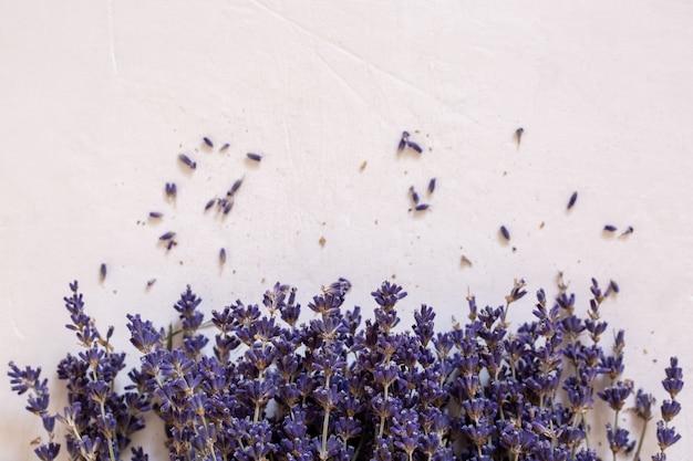 Droge lavendel in een boeket op een lichte achtergrond