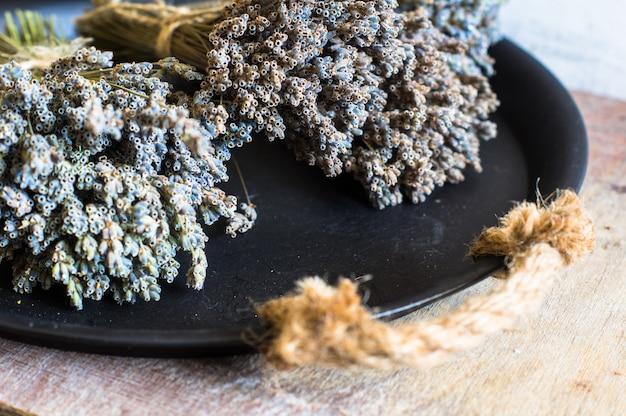 Droge lavendel op rustieke achtergrond
