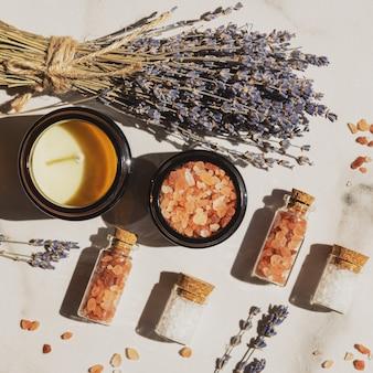 Droge lavendelbloemen en lavendel aromatisch zeezout met kaars - natuurlijke huidverzorging spa.