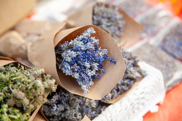Droge lavendelbloemen in ambachtelijk papierpakket op landelijke kermis.
