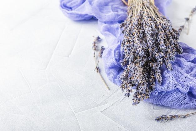 Droge lavendelbloemen op witte decoratie