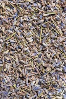 Droge lavendelbloemen, voedselachtergrond. lavendelthee, plat liggend.