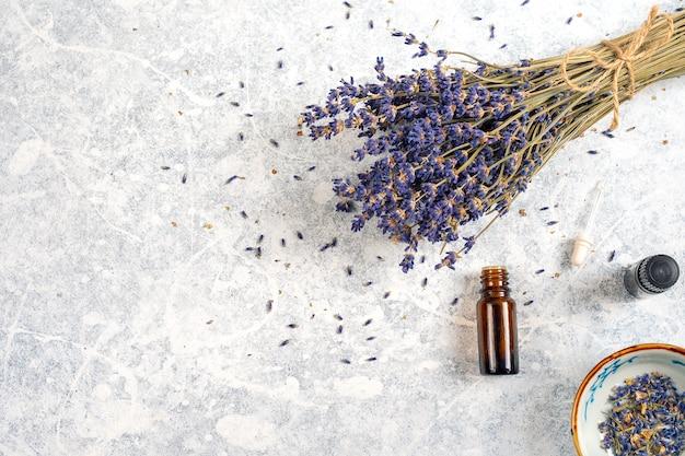 Droge lavendelbos met essentiële oliën die op witte achtergrond worden geïsoleerd