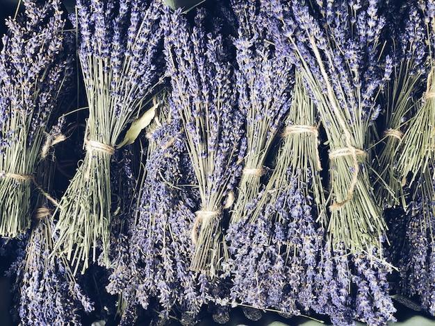 Droge lavendelbossen die op openlucht franse markt in de provence verkopen. bovenaanzicht compositie. mobiele fotografie