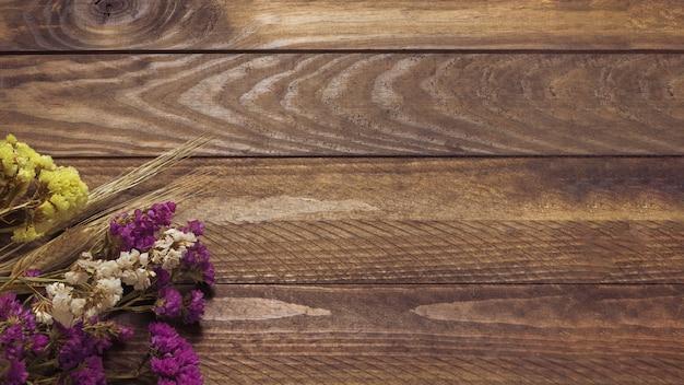 Droge lupine op de achtergrond van hout