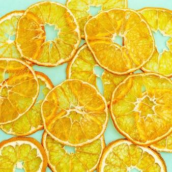 Droge plakjes fruit mandarijn. lekkere gedroogde fruitchips voor plantaardige voeding.
