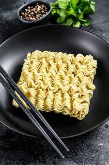 Droge, rauwe instant ramen noodles