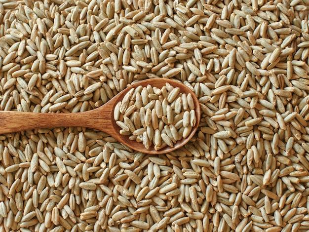Droge raw rye grain met een lepel bovenaanzicht