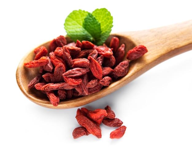 Droge rode goji-bessen voor een gezond dieet op een witte achtergrond