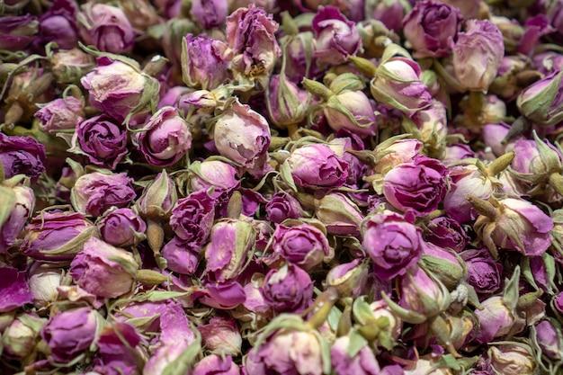 Droge rozen thee achtergrond gedroogde bloemblaadjes van roos geneeskrachtige kruiden kruidengeneeskunde. bovenaanzicht