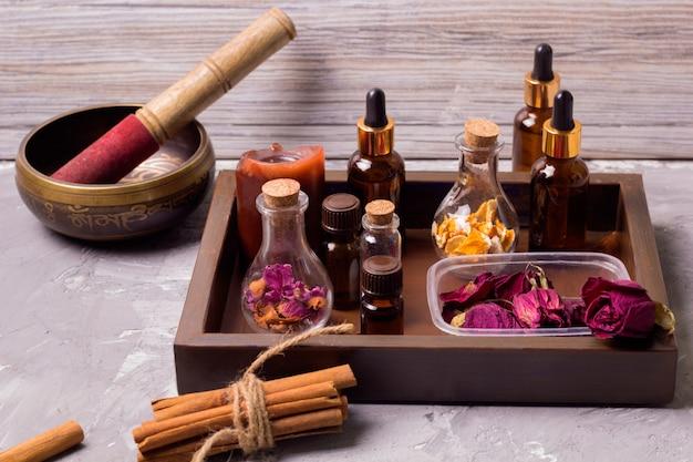 Droge rozenblaadjes, sinaasappelschil, aroma-oliën, zeezout, kaneel