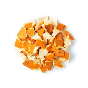 Droge sinaasappelschil of schil die op witte achtergrond wordt geïsoleerd