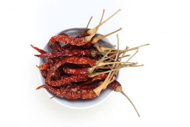 Droge spaanse peper die op witte achtergrond wordt geïsoleerd.
