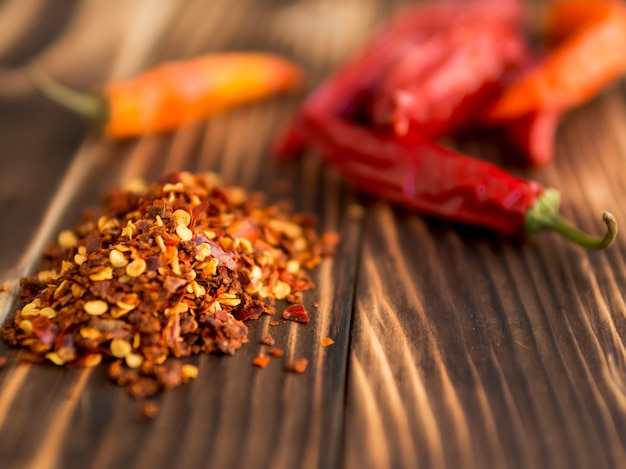 Droge spaanse pepers op houten achtergrond