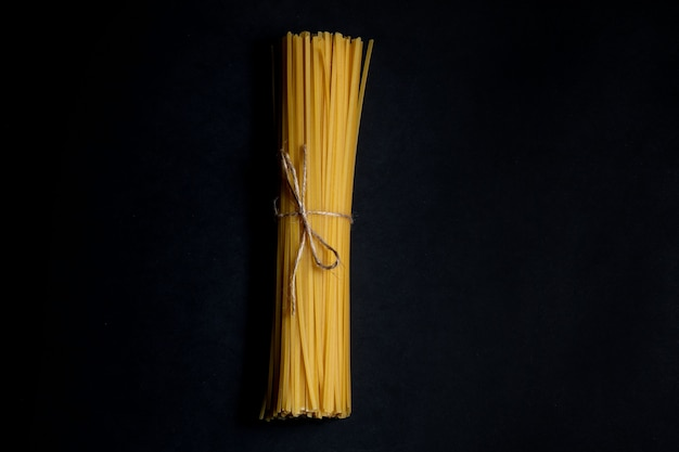 Droge spaghetti op een zwarte achtergrond