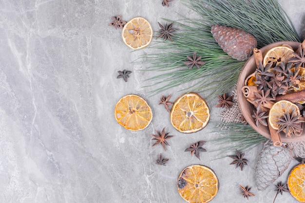 Droge stukjes sinaasappel met anijsbloemen in een houten kop