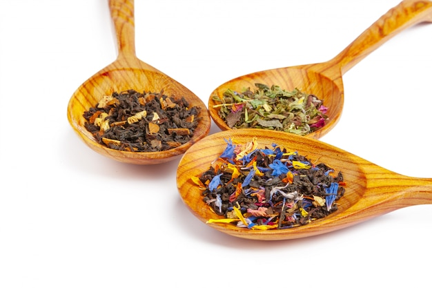 Droge thee op een houten geïsoleerde lepel ,.