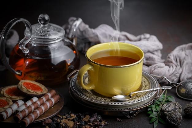Droge theeblaadjes op een tafel op een oude achtergrond