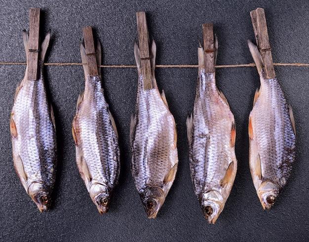 Droge vissen die op een kabel hangen