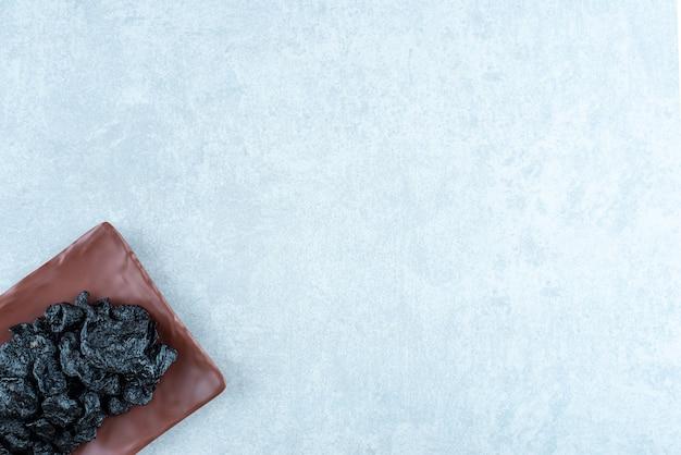 Droge zwarte kersen op een houten schotel. hoge kwaliteit foto