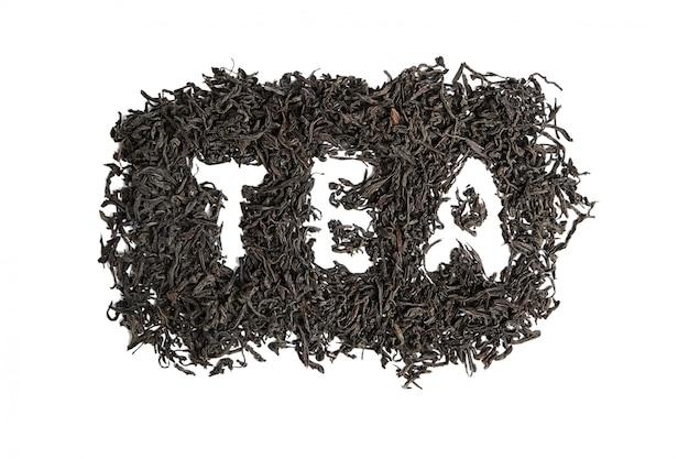 Droge zwarte theebladeren. geïsoleerd op een witte achtergrond. inscriptie, woord thee