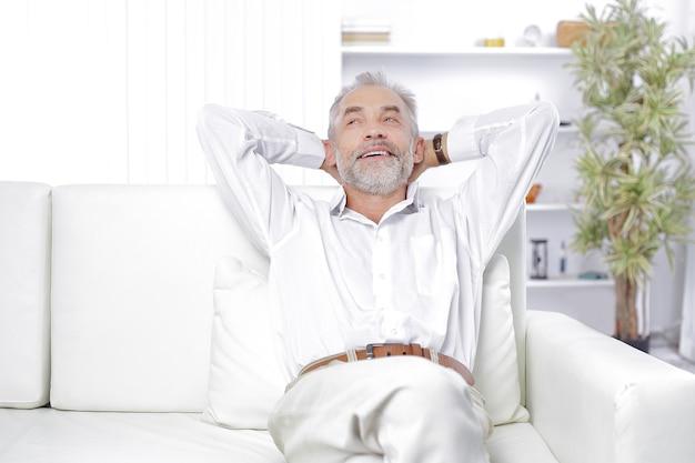 Dromen van een zakenman die in zijn office.photo zit met kopieerruimte.