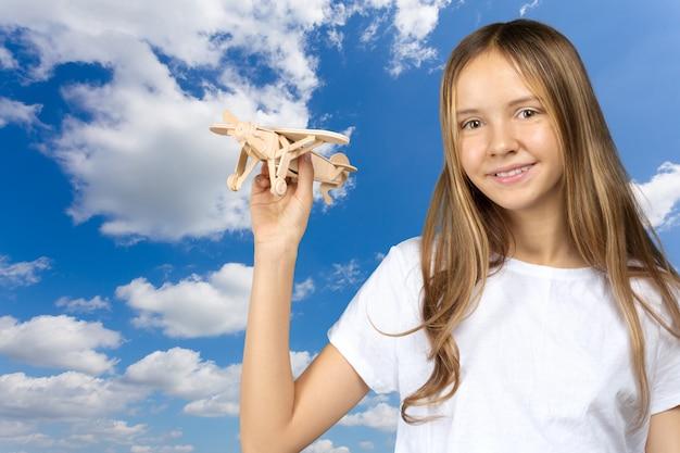Dromen van vluchten! kind speelt met speelgoedvliegtuig