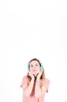 Dromende vrouw die aan muziek luistert