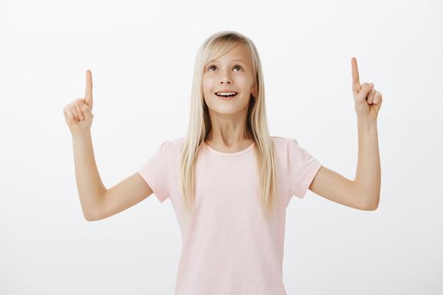 Dromerig glimlachend en gelukkig meisje dat benadrukt