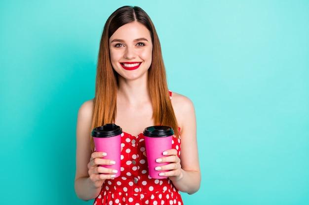 Dromerig mooi meisje houdt afhaalmaaltijden cappuccinokopje vast
