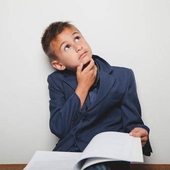 Dromerige leerling met boek