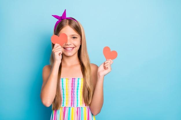 Dromerige lieve aanhankelijke dame houdt twee kleine hartkaarten vast