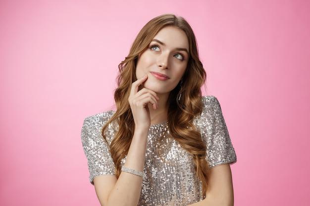 Dromerige schattige glamour dwaze vrouw die beslist welke volgorde opzoeken doordachte aanraken van gezicht denken besluitvorming keuze imaging prins op wit paard, glimlachend zorgeloos roze achtergrond