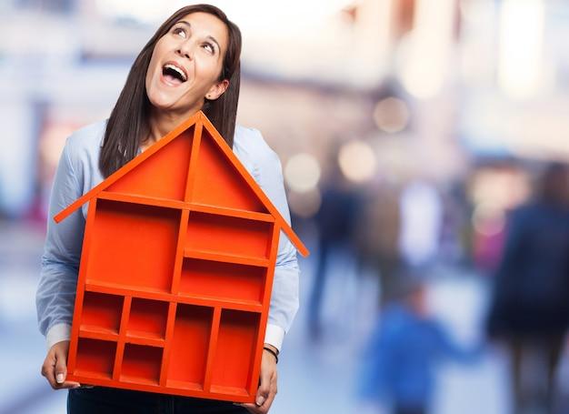 Dromerige vrouw denken over haar toekomstige woning