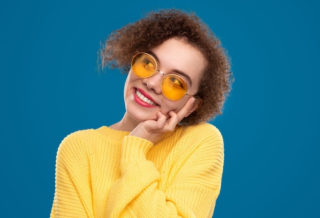 Dromerige vrouw in trendy zonnebril