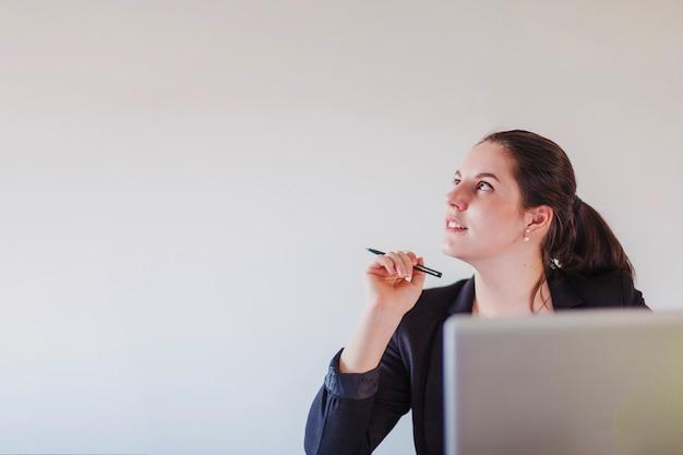 Dromerige zakenvrouw op laptop