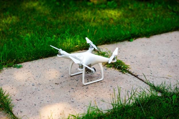 Dron staat op aarde.