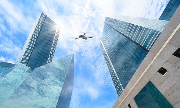 Drone camera-gebaseerde vliegtechnologie verkent boven grote steden