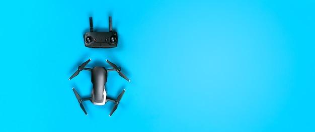 Drone dji mavic air en bedieningspaneel, op blauw