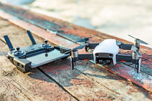 Drone en bedieningspaneel op een oud bord