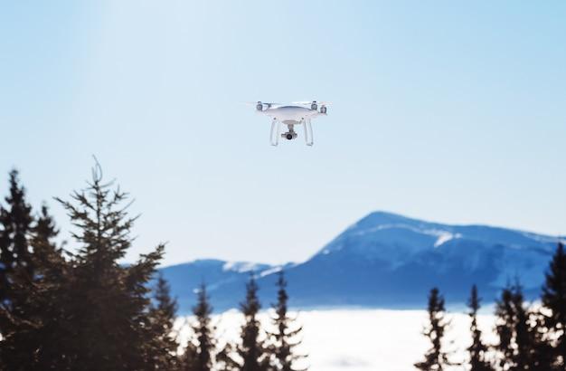 Drone helikopter vliegt over bergen