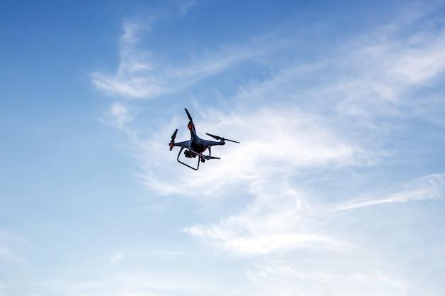 Drone in de blauwe lucht.