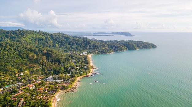 Drone luchtfoto van landschap en veel reosrt in khao lak, phang nga, thailand.
