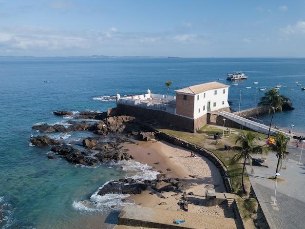 Drone luchtfoto van porto da barra strand in savaldor bahia brazilië.