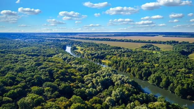Drone met een camera, mooie zomer kleine rivier van een hoogte
