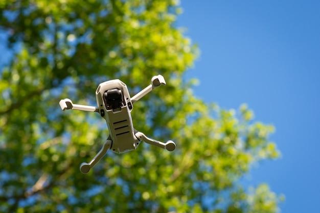 Drone met videocamera in de lucht