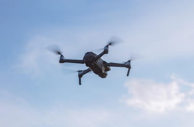 Drone of quadcopter in de lucht bij zonsondergang. onbemand voertuig voor foto- en video-opnamen.